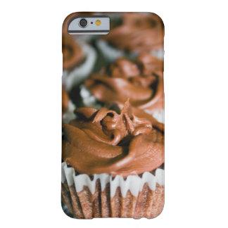 Capa Barely There Para iPhone 6 Cupcakes do fosco do chocolate em uma foto da