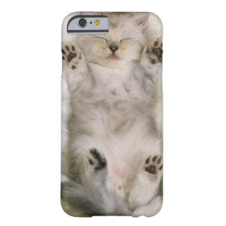 Capa Barely There Para iPhone 6 Gatinho que dorme em um tapete macio branco,
