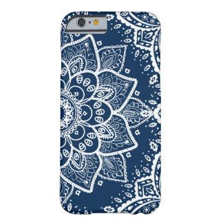 Capa Barely There Para iPhone 6 Mandala branca ornamentado em azuis marinhos