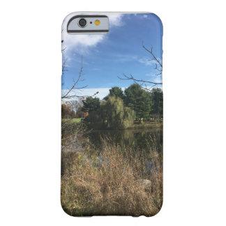 Capa Barely There Para iPhone 6 Pinheiros da lagoa do outono