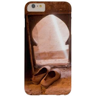 Capa Barely There Para iPhone 6 Plus Calçados marroquinos na janela