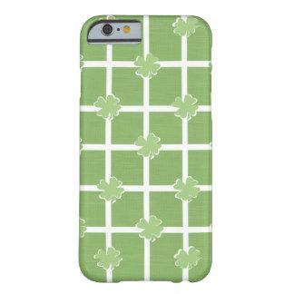 Capa Barely There Para iPhone 6 Verde & branco do trevo do Dia de São Patrício do