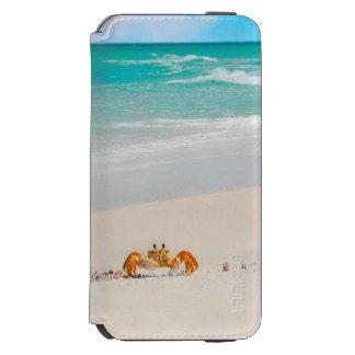 Capa Carteira Incipio Watson™ Para iPhone 6 Caranguejo bonito em uma praia tropical