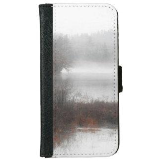 Capa Carteira Para iPhone 6/6s Lago nevoento em um dia de inverno