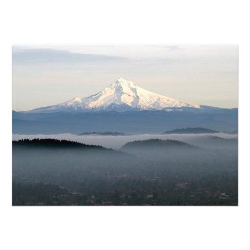 Capa da montagem com baixa névoa de encontro sobre convite personalizados