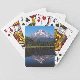 Capa da montagem refletida no lago jogos de baralhos
