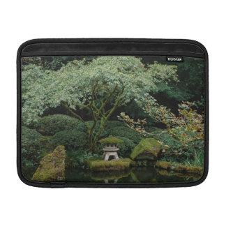Capa De MacBook Serenidade em um jardim japonês