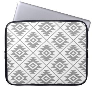 Capa De Notebook Cinzas estilizados do teste padrão do símbolo