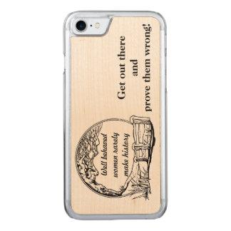 """Capa iPhone 8/ 7 Carved """"As mulheres bem comportadas fazem raramente"""