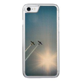 Capa iPhone 8/ 7 Carved Aviões que voam no céu azul com Sun.
