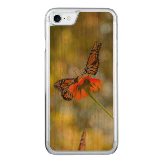 Capa iPhone 8/ 7 Carved Borboletas de monarca em Wildflowers