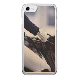 Capa iPhone 8/ 7 Carved Cavaleiro do adestramento, madeira do bordo
