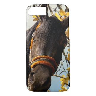 Capa iPhone 8/ 7 Cavalo curioso que olha através da janela da
