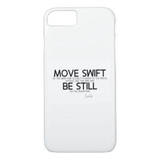 Capa iPhone 8/ 7 CITAÇÕES: Sun Tzu: Mova rápido, seja ainda