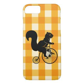 Capa iPhone 8/ 7 Esquilo, Chipmunk que monta uma bicicleta do
