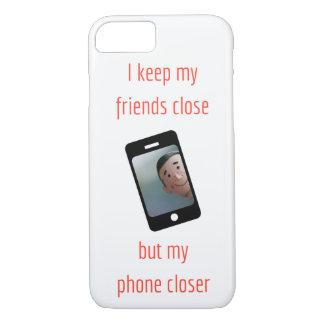 Capa iPhone 8/ 7 Eu mantenho meus amigos próximo mas meu telefone