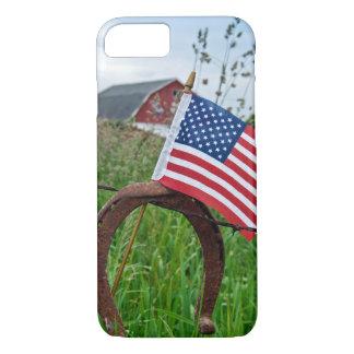 Capa iPhone 8/ 7 ferraduras e bandeira americana na cerca