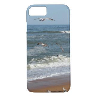 Capa iPhone 8/ 7 Gaivotas que sobem sobre as ondas que rolam em uma