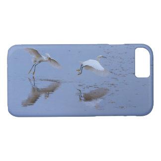 Capa iPhone 8/ 7 Garça-real de voo do Egret nevado sobre a água