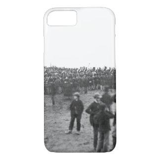 Capa iPhone 8/ 7 Multidão em Gettysburg, o 19 de novembro imagem
