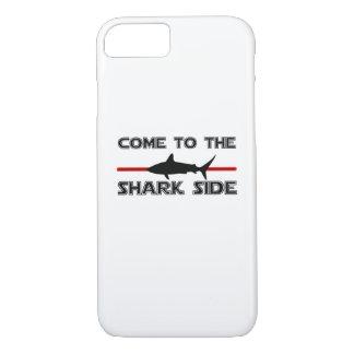 Capa iPhone 8/ 7 Os grandes tubarões brancos vêm aos tubarões