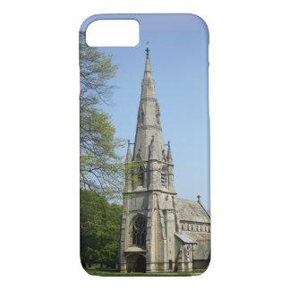 Capa iPhone 8/ 7 Uma igreja impressionante com pináculo em um dia