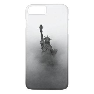 Capa iPhone 8 Plus/7 Plus Estátua da liberdade encoberta na névoa