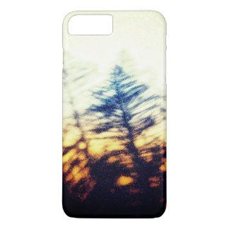 Capa iPhone 8 Plus/7 Plus Silhueta da árvore de abeto do Grunge no céu do