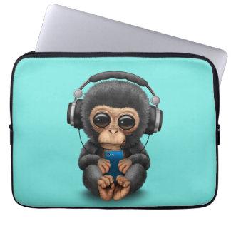 Capa Para Computador Chimpanzé do bebê com fones de ouvido e telemóvel