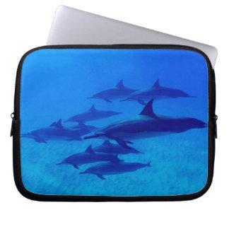 Capa Para Computador Golfinhos que nadam no mar azul