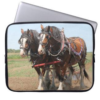 Capa Para Computador Ploughing bonito dos cavalos do clydesdale