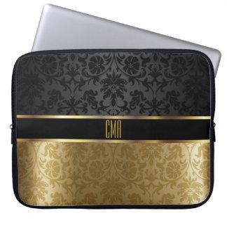 Capa Para Computador Preto do damasco do monograma com o ouro floral