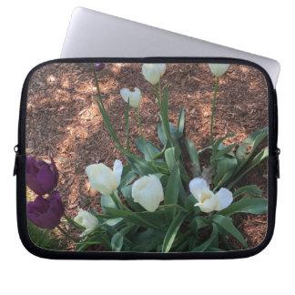 Capa Para Computador Tipo branco flores da tulipa da neve em um jardim
