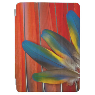 Capa Para iPad Air Do Macaw escarlate do design da pena