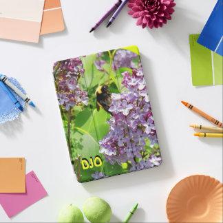 Capa Para iPad Air Zangão no fim do Lilac acima de suas iniciais