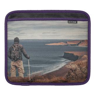 Capa Para iPad Homem em elevações que contempla a paisagem