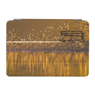 Capa Para iPad Mini Banco só pelo lago na luz dourada