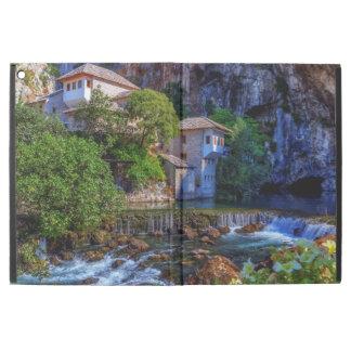 "Capa Para iPad Pro 12.9"" Vila pequena Blagaj na cachoeira do Buna, Bósnia e"