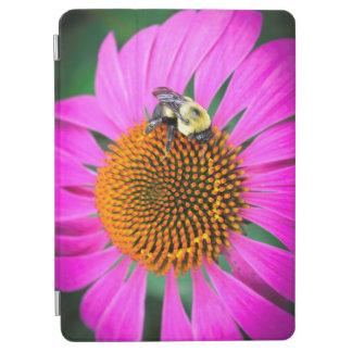 Capa Para iPad Pro Flor roxa vívida com abelha