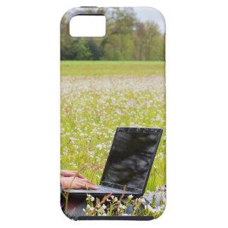 Capa Para iPhone 5 Mulher que senta-se com o laptop no prado do