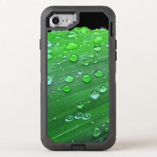 Capa Para iPhone 8/7 OtterBox Defender Close up dos pingos de chuva, verde de Spacey