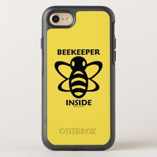 Capa Para iPhone 8/7 OtterBox Symmetry Apicultor dentro do desenho branco preto da abelha