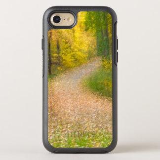 Capa Para iPhone 8/7 OtterBox Symmetry Árvores em cores do outono e no caminho