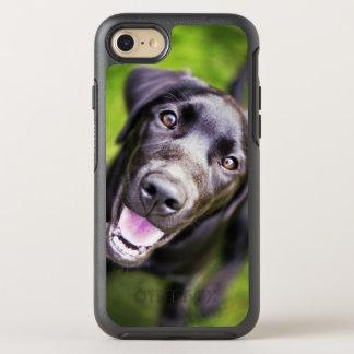 Capa Para iPhone 8/7 OtterBox Symmetry Filhote de cachorro preto de Labrador que olha