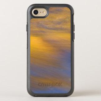 Capa Para iPhone 8/7 OtterBox Symmetry Reflexão dourada do outono na água de fluxo