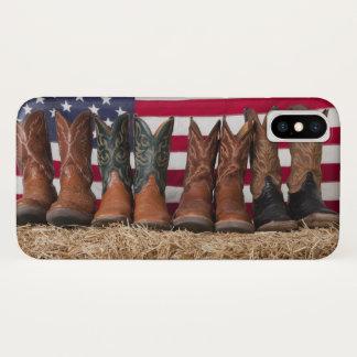 Capa Para iPhone X Fileira de botas de vaqueiro no monte de feno