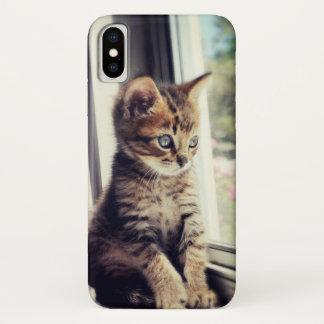 Capa Para iPhone X Gatinho do gato malhado que olha para fora a