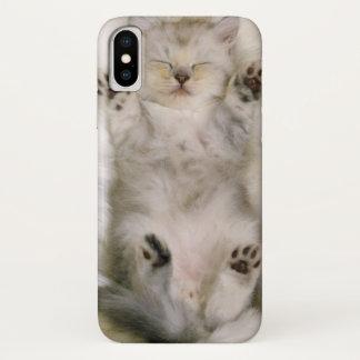 Capa Para iPhone X Gatinho que dorme em um tapete macio branco,