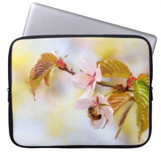 Capa Para Laptop Abelha em uma flor da cereja