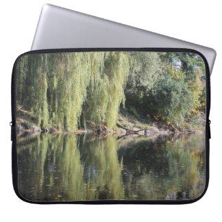 Capa Para Laptop Árvores de salgueiro refletidas no rio